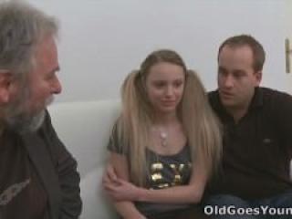 Viejo se aprovecha de una jovencita cuando su novio la deja