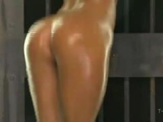 Rubia menudita y tetona modelando su cuerpo